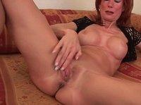 Женщина дрочит свою вагину на тахте